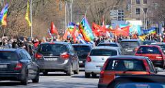 Demonstrationszug des Hamburger Ostermarsches an der Aussenalster - dichter Autoverkehr.