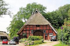 Historisches Fachwerkgebäude mit Reet gedeckt - alte Bausubstanz in Hamburg Eißendorf; Bilder aus dem Stadtteil.