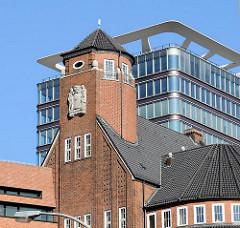 Historische Architektur des Hamburger Tropeninstituts - Archtekt Fritz Schumacher - Moderner Büroneubau / Büroturm in Hamburg St. Pauli.