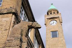 Figur Eisbär  und Pegelturm, Uhrenturm der St. Pauli Landungsbrücken.