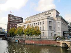 Hamburger Architektur - Bankgebäude und Haus der Patriotischen Gesellschaft an der Trostbrücke in Hamburg Altstadt.