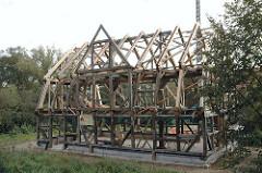 Ständerwerk eine Neubaufachwerkhaus - Balkengerüst eines Hauses in Hamburg Reitbrook.