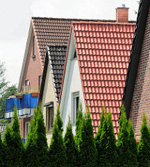 Einzelhäuser - Spitzgiebel in Hamburg Bergstedt; unterschiedliche Dachpfannen.