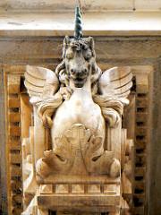 Skulptur Einhorn - geflügeltes Wesen, Bauschmuck am Rathaus Hamburg - Altstadt.