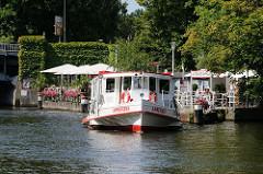 Ein Fahrgastschiff legt vom Anleger Winterhuder Fährhaus an der Hudtwalckerstrasse ab.