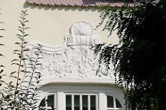Stuckdekor Hausfassade in der Niendorfer Ordulfstrasse.