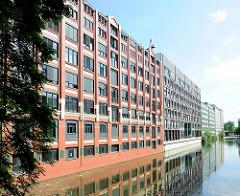 Historische Architektur eines Kontorgebäudes - moderne Büroarchitektur am Mittelkanal in HH-Hammerbrook.