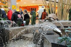 Wasserspeier am Brunnen im AEZ - Altstertaler Einkaufszentrum.