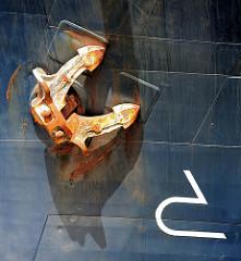 Rostiger Anker am Schiffsbug - Symbol für Wulstbug an der Bordwand - Fotos aus dem Hamburger Hafen.