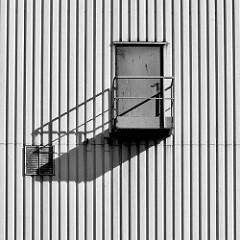 Lagergebäude in Hamburg Veddel - Tür in der Hauswand.