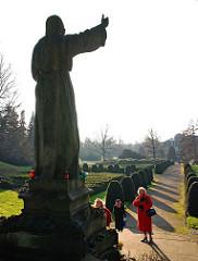 Ohlsdorffer Friedhof - Grosse predigende Christusfigur - Gläubige am Fuss des Sockels.