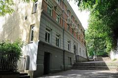 Gründerzeitarchitektur in Hamburg - mehrstöckiges Wohnhaus an der Elbtreppe - Geschichte Ottensens vom Abriss bedroht.
