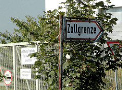 Schild an der Strasse / Zollgrenze des Freihafens im Hamburger Hafen.