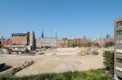 Blick vom ehem. Amt für Strom und Hafenbau zum Brooktorkais - lks. die ehem. Kaffeelagerei - das Gebäude wird abgerissen; auf dem Areal wird das Überseequartier in der Hafencity entstehen. 2006