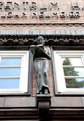 Ehem. Oberrealschule für Mädchen Hamburg Hamm - Skulptur lesendes Mädchen; Bildhauer Kuöhl; in dem Gebäude befindet sich z. Zt. das Ballettzentum Hamburg.