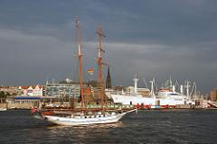 Blick von der Elbe auf Vorsetzen und Baumwall - Museumsschiff Cap San Diego - Segelschiff auf dem Fluss.