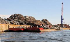 Schuten am Rosskai im Hamburger Rosshafen - Arbeitsschiffe beladen mit Schrott - Berge von Altmetall am Kai.