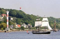 Segelschiff vor Hamburg Blankenese - Unterfeuer am Elbstrand; Oberfeuer im Baurspark auf dem Kanonenberg.