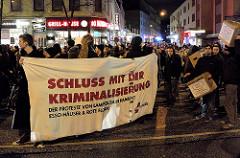 Demonstration Januar 2014 in Solidarität mit der Gruppe Lampedusa in Hamburg, der Essohäuser Initiative und den Betroffenen des Gefahrengebietes Transparente des Demonstrationszugs auf der Reeperbahn - Aufschrift Schluss mit der Kriminalisierung der