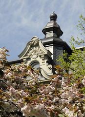 Bilder aus der Hansestadt Hamburg. Kirschblüte in der Eppendorfer Landstrasse - Dachfenster mit Stuckdekor Giebelturm.