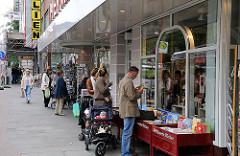 Einkaufen im Stadtteil - Shopping in Hamburger Stadtteil Hoheluft Ost - Eppendorfer Baum.