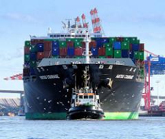 Das Containerschiff HATSU COURAGE läuft in den Hamburger Hafen ein; das Frachtschiff  hat eine Länge von 334 m und kann 8073 Container TEU transportieren.