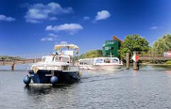 Boote auf der Dove-Elbe - die Barkasse ALSTERSCHIPPER auf ihrer Fahrt zum Bergedorfer Hafen; das Fahrgastschiff passiert gerade die Brücke beim Hamburger Wassersportzentrum Allermöhe.