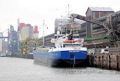 Das 95m lange und 12m breite LELIE, Heimathafen Amsterdam liegt am Kai der Rethe in Hamburg Wilhelmsburg.