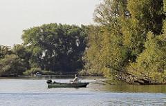 Boot mit Aussenbordmotor - Angler in der Tatenberger Bucht.