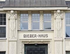 Skulpturen am Eingang vom Bieber-Haus am Hachmannplatz - erbaut 1909 / Architekten Rambatz + Jolasse.