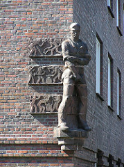Klinker Wohnblocks in HH-Barmbek - Adoph von Elm Hof, Skulptur der Schmied - Bildhauer Richard Kuöhl.