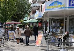 Hamburger Vororte Geschäfte in der Hummelsbuettler Landstrasse / Stadtteil Fuhlsbüttel.
