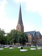 Domplatz vor der St. Petrikirche in der Hamburger Altstadt - Grünanlage in der City Hamburgs - Sitzbänke auf dem Rasen.