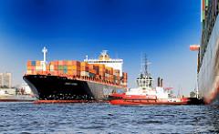 Der Frachter TORONTO EXPRESS ist in den Hamburger Hafen eingelaufen und legt am Athabaskakai des HHLA Containerterminals Burchardkai an.