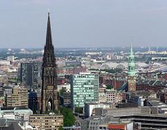 Luftaufnahme der Altstadt Hamburgs - Kirchtürme der Nikolaikirche und St. Katharinenkirche.