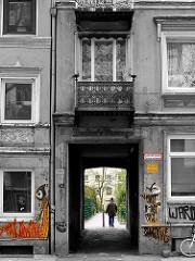 Torweg - Altbauten in Hamburg St. Pauli. Alte Architektur in den Hamburger Stadtteilen.