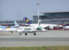 Rollfeld mit Verkehrsmaschinen / Flugzeugen auf dem Hamburger Flughafen im Stadtteil Fuhlsbüttel.
