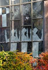 Kirchenfenster der katholischen St. Ansgarkirche im Niendorfer Kirchenweg.