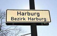 Stadtteilschild Harburg, Bezirk Harburg; weisses Schild mit schwarzer Schrift.