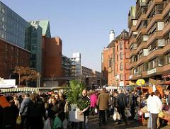 Gedränge auf dem Altonaer Fischmarkt. Sonnenschein am Morgen in Hamburg Altona.