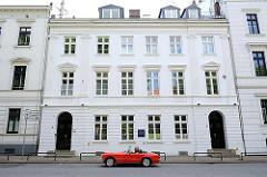 Architekturgeschichte Hamburg - Bilder der Architekturstile in der Hansestadt - historisches Stadtpalais in der Ottensener Klopstockstrasse - rotes Cabriolet.