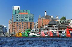 Hafenfähren am Anleger - Architektur in Hamburg Altona Altstadt.