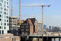 Altes Zollgebäude Ericusbrücke - Hamburg Hafencity, Baustelle mit Baukränen (03/2010)