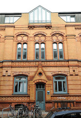 Hausfassade, gelber Backstein - historische Architektur, moderner Dachausbau; Altonaer Stadtmission, Billrothstrasse - erbaut 1889.
