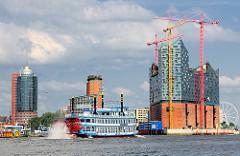 Raddampfer auf der Elbe vor der Elbphilharmonie - Bürogebäude in der Hafencity Hamburg.