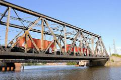 Alte Eisenbahnbrücke am Veddeler Damm - ein Güterzug fährt über die Brücke, die 2011 durch einen Neubau ersetzt wurde.