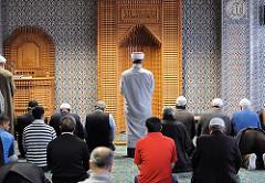 Mittagsgebet in der Eyüp Sultan Moschee, Hamburg Harburg.
