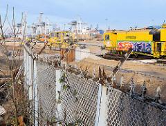 Erweiterung Container Terminal Tollerort im Hafen Hamburgs - Reste des Maschendrahtzauns / Zollzauns am Köhlbrand.