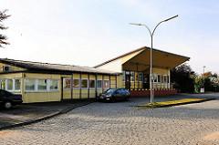 Zollstation an der Antwerpenstrasse auf der Dradenau in Hamburg Waltershof - Holzgebäude und Kopfsteinpflaster.
