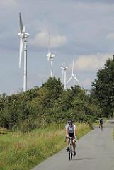Windkraftanlage / Windräder zur Energiegewinnung in Hamburg Ochsenwerder - Radstrecke auf dem Bahndamm der ehemaligen Marschenbahn - Fahrradausflug in Hamburg Ochsenwerder.
